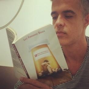 Luis e livro